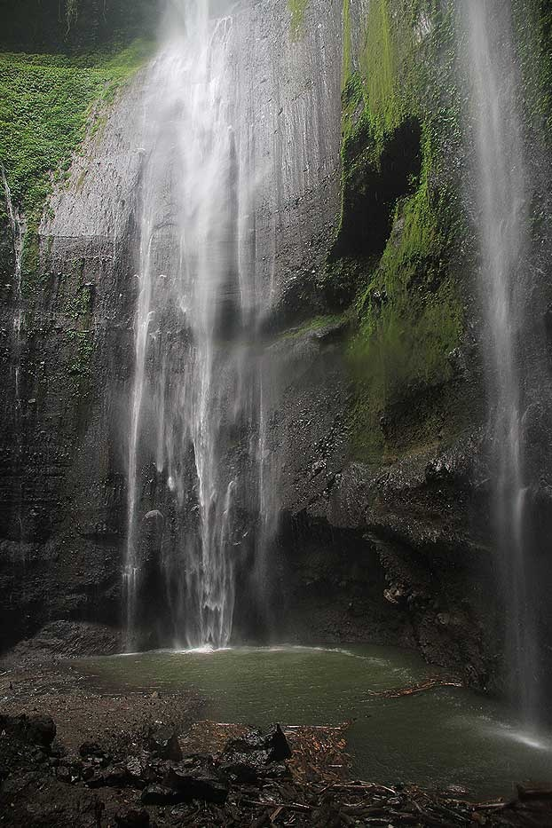 Decorated with a cave on the wall which was believed to be the exact location where Commander in Chief Gajah Mada performed his last meditation, this staggering waterfall radiates certain mystifying aura.