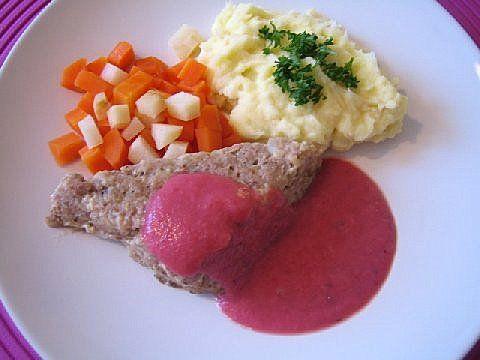 Lihamureke, punajuurikastike, perunasose ja lämpimät porkkana-juuripersiljakuutiot