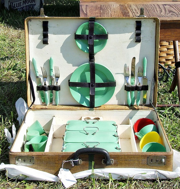 A vintage picnic set would go lovely with my FC wagon