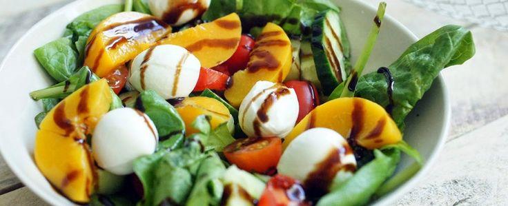 Recept: Spinazie met zoete aardappel, tomaat, avocado, kip & pompoenpitten
