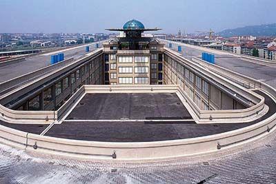 Lingotto, Renzo Piano, 1993, Torino. Centro congressi, polo universitario, centro espositivo, uffici, alberghi, shopping mall, cinema multisala, bar e giardini. La semplicità apparente dissimula una notevole complessità di soluzioni costruttive.