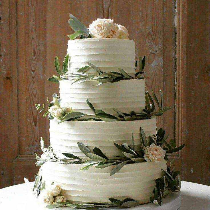 En flot sommerlig smørecreme etager bryllupskage med friske roser og eukalyptus bladene. Bryllups inspiration! Læs mere på www.bakemydaydk.com