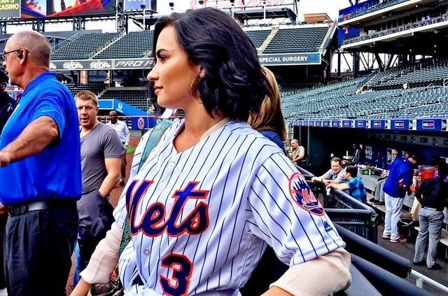 yay! Demi wearing a mets shirt! my favorite baseball team!!