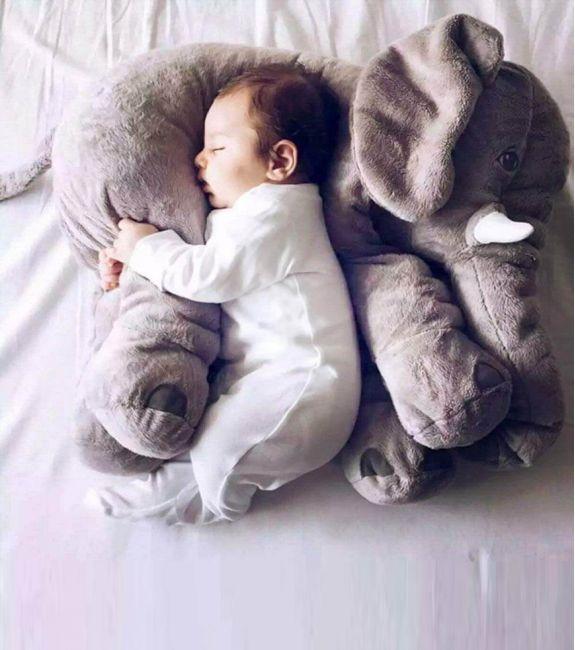 Vous cherchez un nouveau doudou tout doux pour bébé ? Cet oreiller éléphant est la solution ! A la fois peluche et coussin, ce petit éléphant prendra soin de votre nourrisson. #bebe