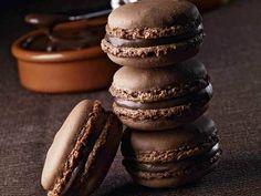 Lasciatevi tentare da questi deliziosi macarons al cioccolato, nocciole e crema gianduia. Non ci sono macarons al cioccolato migliori di quelli farciti con nocciole e crema gianduia, una ricetta che ho il piacere di presentarvi per un appuntamento con il gusto.