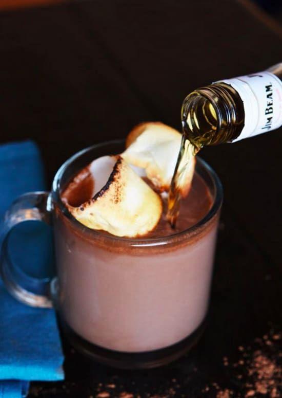 Hier gehts zum Rezept.Warum Du es machen musst: Vergiss Schoko-Pulver, wenn Du heiße Schokolade machen willst. Nimm besser Nutella. Immer. Und mit Bourbon wird Dir auch am kältesten Tag richtig warm.