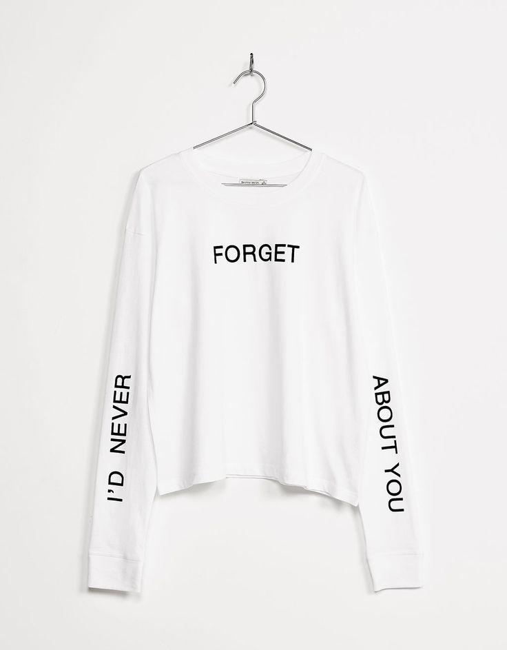 Camiseta estampada detalles mangas texto. Descubre ésta y muchas otras prendas en Bershka con nuevos productos cada semana