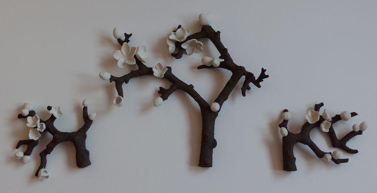 bloesemtakken porseleinen bloemen, takken van zwarte klei. www.marionkeramiek.nl