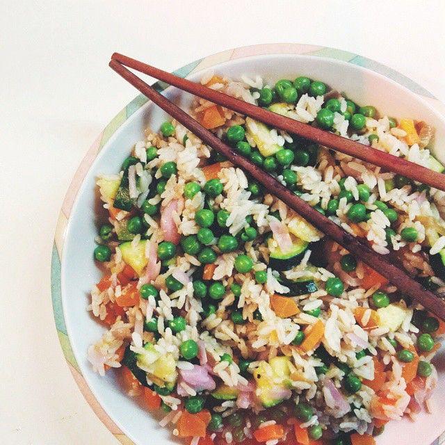 Heilà  durante la mattinata ho sia fatto yoga che studiato e sistemato casa, sono super felice di aver rispettato i miei piani  per pranzo mi sono preparata un'insalata di riso un po' orientale fatta con: · 60gr di riso integrale; · 120gr da cotti di piselli cotti a vapore; · cavolo verza e porro saltati in padella, zucchine e carote al vapore Ho aggiunto ovviamente i miei 2 cucchiaini di olio e tanto curry  Per merenda stamattina ho mangiato i miei 10gr di frutta secca e disidratata mista…