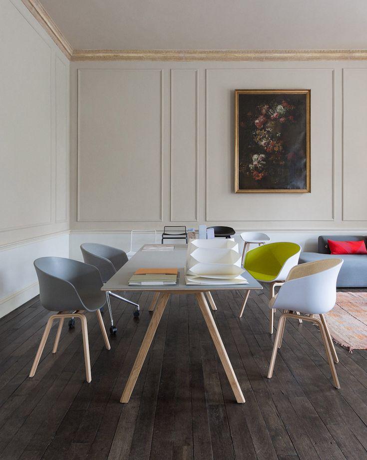 Hay :n näyttelystä About A tuolit, Copenhague pöytä, takana Hee ruokatuoli ja baarijakkara, sekä About a baarijakkarat.