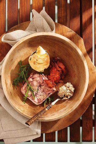 Voorgereg: Biltong-patee, knoffelbrood, droëperske-blatjang, volstruis-terrien | #STARTER plate: biltong spread, garlic bread, peach chutney, ostrich terrine.  Get all the recipes at www.sarie.com