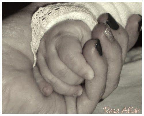 Your hand   http://rosaaffair.blogspot.pt/2015/02/ser-mae-7-maes-traidoras.html