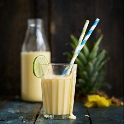 Smoothie tropisk längtan med ananas, mango, kokosmjölk, juice och lime