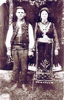Ζευγάρι από τις Άνω Κλεινές Φλώρινας. πρόσφυγες από το Καβακλί, στην περιοχή Μακρά Γέφυρα,  (Uzunköprü) της Ανατολικής Θράκης. 1931.