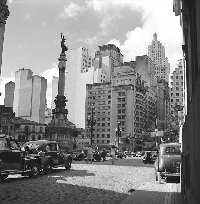 """O Monumento à """"Honra e Glória Imortais aos Fundadores de São Paulo"""", década de 1950."""