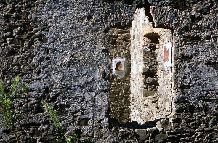 le pareti dell'ormai rudere villaggio minerario di Guzzurra sono arricchite dagli affreschi di Diego Asproni, che raccontano le storie delle operaie di un tempo. Lula NU