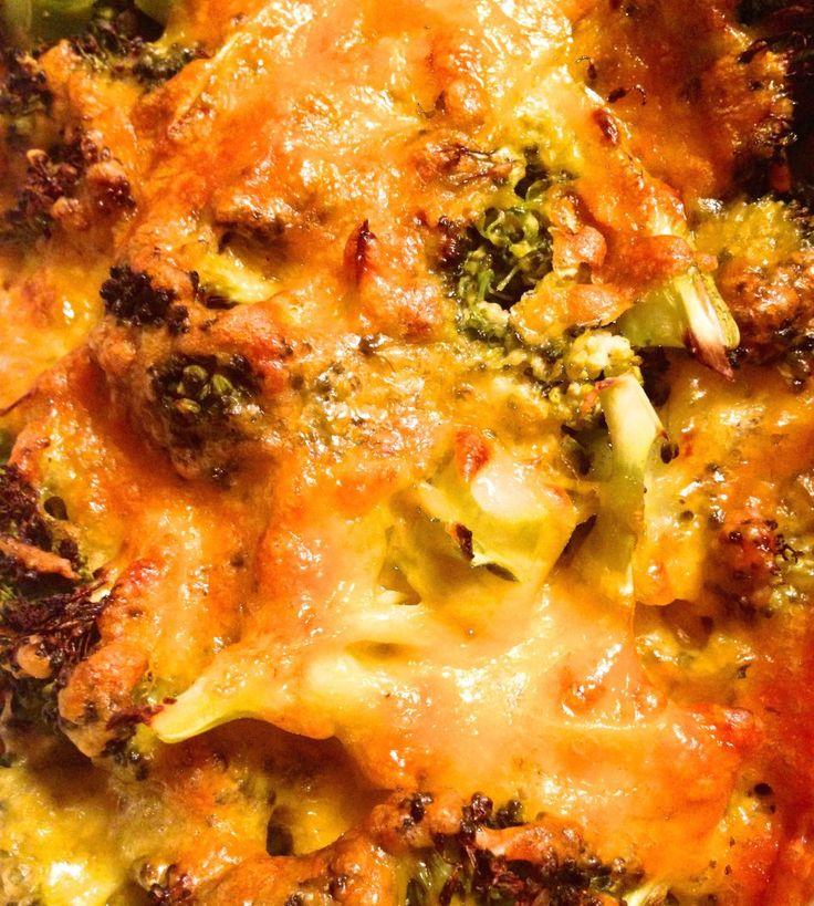 Lækker opskrift på ostegratineret broccoli. Broccoli er en virkelig sund grøntsag, og denne ret er super velsmagende.