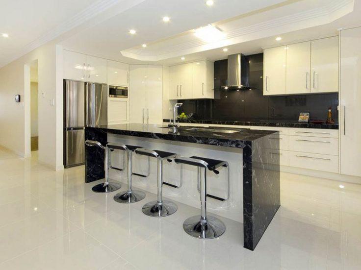 Кухня: Красивая кухня и бар Идеи дизайна, Роскошный белый и черный Кухня остров с располагающий нержавеющей шарнирного барные стулья и французский двери холодильника и белый краска Idea