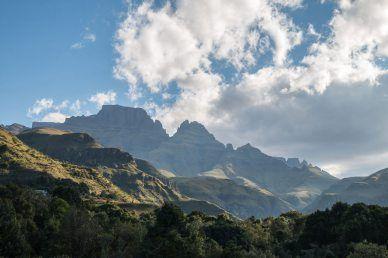 Kwazulu-Natal begeistert mit einem Mix aus Baden an der Elephant Coast, Safari im Hluhluwe-iMfolozi, Citylife in Durban und Wandern in den Drakensbergen.