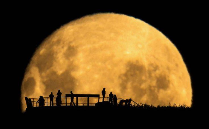 Em exibição: fotos premiadas do Espaço. Moon Silhouettes de Mark Gee venceu o prêmio especial 'Pessoas e Espaço'.