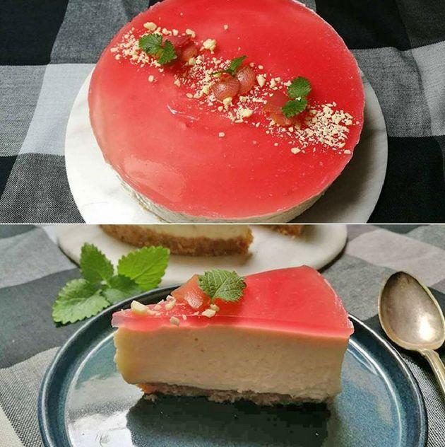 Imponerende cheesecake med rabarber og hvid chokolade - den er både en fryd for øjnene og for smagsløgene.