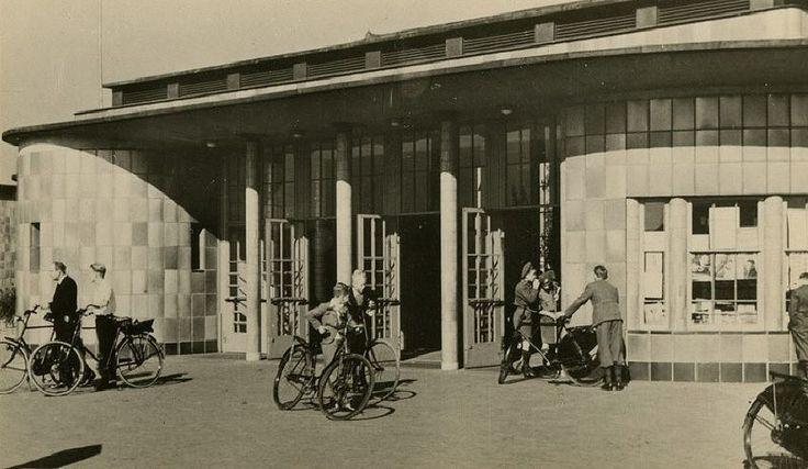 Maastunnel Rotterdam (jaartal: 1950 tot 1960) - Foto's SERC Een uitje op zondagen, door de tunnel naar de overkant lopen!