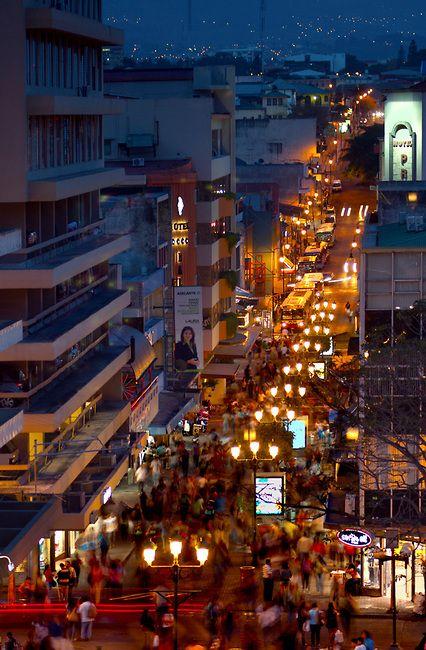 En San Jose, Costa Rica, las compras y las comidas son fenomenales. San Jose es la capital de Costa Rica.