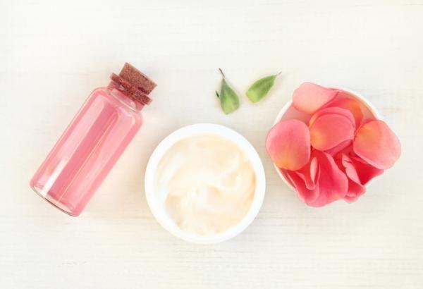 Beneficios del agua de rosas para el cabello - muy revitalizante. Entre los diferentes usos cosméticos del agua de rosas, se encuentran los relacionados con la mejora de la salud y la belleza capilar. Y es que este producto además de tener increíbles efectos sobre l...