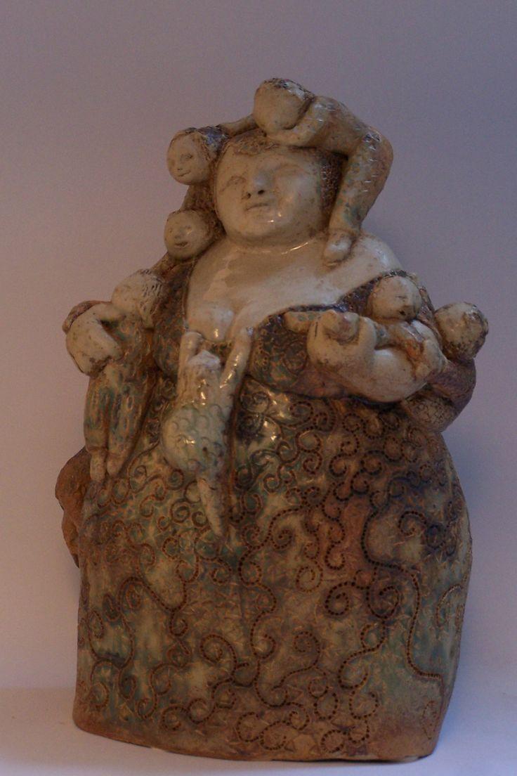 nelrood.nl  - Beeld van keramiek / klei. Groot beeld van een vrouw met veel kinderen. Gemaakt door keramiste Nel Rood.