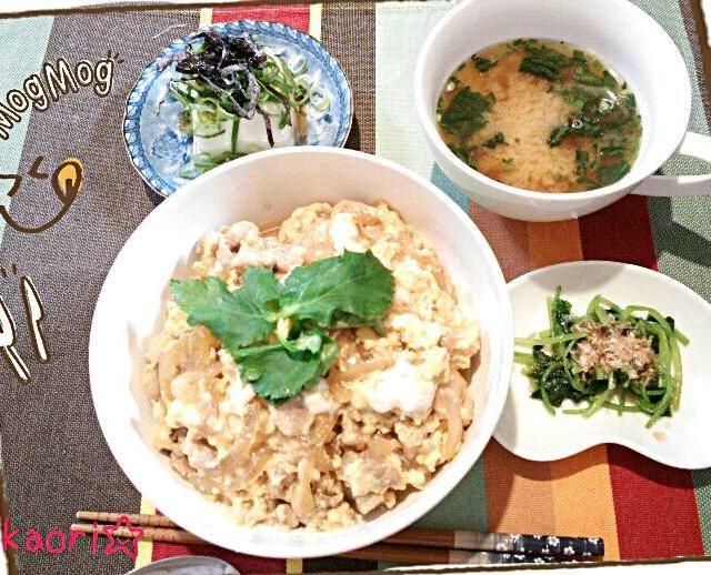 旦那さん用の具だくさんつゆだく親子丼♪副菜に、三つ葉のおひたし、冷奴にネギと塩こんぶのゴマ油あえをのせて、お味噌汁、で定食風に。 - 10件のもぐもぐ - 具だくさん親子丼 by Xiangzhi1230