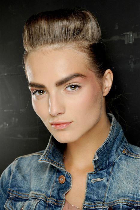 Chanel apuesta por el rock couture. El tupé boyish, creado por el estilista Sam McKnight, añade un toque masculino y glam.