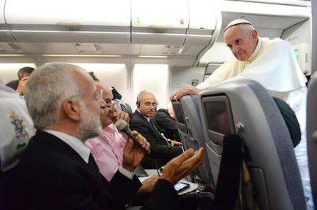 Papa Francisco dá uma conferência de imprensa na viagem de regresso da Jornada Mundial da Juventude no Rio de Janeiro, Brasil.