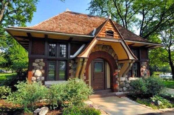 Небольшой одноэтажный дом со множеством интересных деталей. В отделке фасада используется крупный камень. Вход оформлен декоративной арочной дугой и щипцом с парными декоративными консолями.