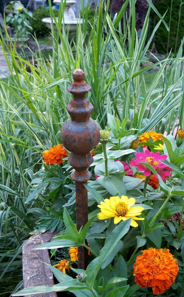26 Beautiful Garden Stakes Decorative That Will Add Amazing Your Garden Beauty Room Decor Rusty Garden Steel Garden Stakes Garden Decor