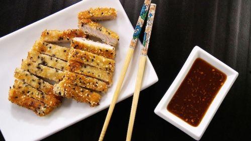 Côtelettes de porc à la japonaise...4 (650-750 g) de côtelettes de porc minces  3 c. à soupe (45 ml) de farine  1 oeuf  1/2 c. à thé (2,5 ml) d'huile de sésame  1 tasse (250 ml) de chapelure panko ou régulière  4 c. à soupe (60 ml) de graines de sésames non rôties blanches et/ou noires  2-3 c. à soupe (30-45 ml) d'huile végétale