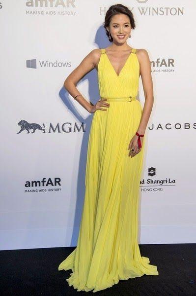 De la Gala amfAR: Zhang Zilin. Con un vestido plisado amarillo de Roberto Cavalli.