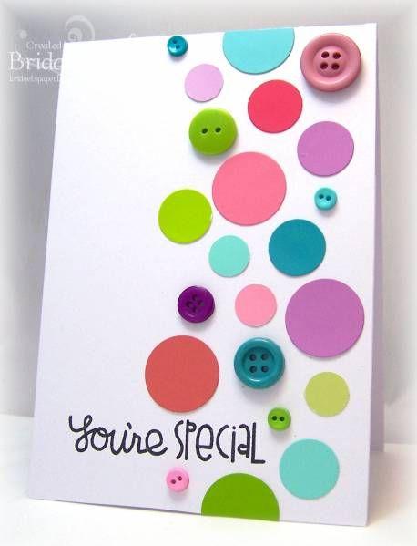 Carte avec boutons et cercles de différentes grosseurs découpés dans des cartons de dégradés de couleurs.