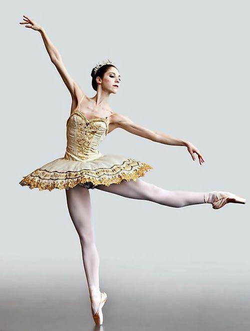 Striking gold and cream tutu. Her placement is perfect, pointy, paczka baletowa, http://stakato.pl/
