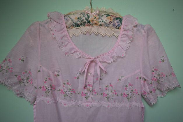 Sie interessieren sich hier für ein wunderschönes langes vintage Pyjamakleid, mit wunderschönem 60/70 Jahre Blumenmuster Das Kleid ist in rosa und schönen weiteren pastell Tönen gehalten ;) An dem...