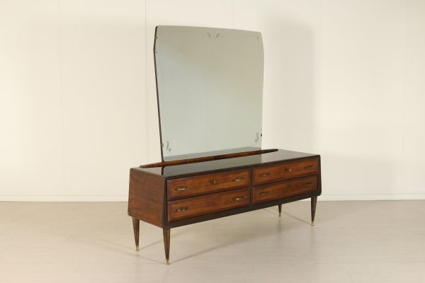 Comò con specchio; legno impiallacciato palissandro, vetro retro trattato, ottone. Buone condizioni, presenta piccoli segni di usura.