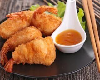 Beignets de crevettes légers sans friteuse  1 kg de grosses crevettes crues 200 g de farine 15 cl d'eau 2 oeufs 1 sachet de levure chimique 1 pincée de sel huile d'olive Battez les oeufs et l'eau dans un saladier. Ajoutez la farine, la levure et le sel et mélangez bien jusqu'à obtenir une pâte homogène. Placez au frais pendant 30 minutes. Décortiquez les crevettes en laissant la queue. À l'aide d'un petit couteau pointu, pratiquez une incision le long du dos des crevettes