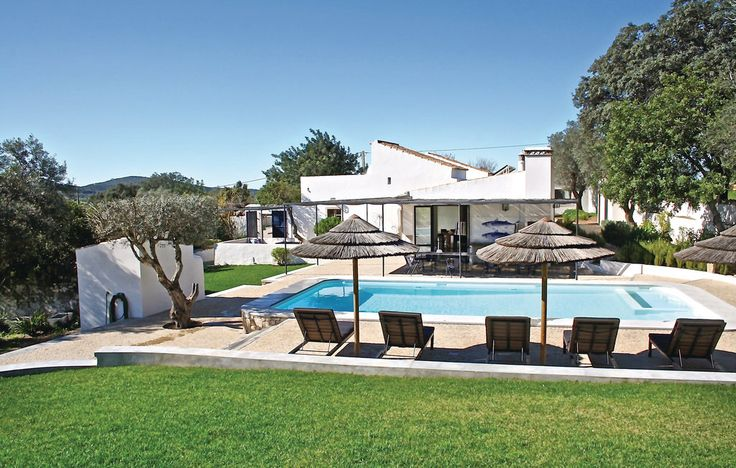Quinta Bella Luisa - Faro. Luxe vakantiehuis voor 14 volwassenen. Eén hoofdgebouw en 2 gastenhuizen maakt de locatie zeer geschikt voor groepen of grote families. Golfbanen, steden en zandstranden liggen allemaal op 15 minuten afstand. Meer info: http://www.novasol.be/p/PTA049