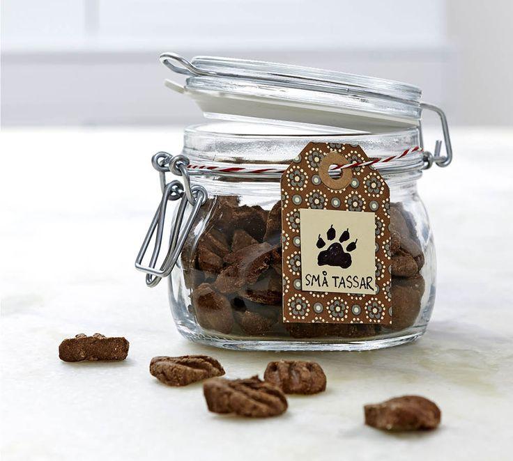 Swedish Make your own dog treats (chicken liver and wheat flour). Translate from Swedish ///   Om man gör sitt eget hundgodis så vet man säkert vad det innehåller. Så här gör du riktigt läckert belöningsgodis i form av små tassar - gör hundgodis av kycklinglever och vetemjöl) !