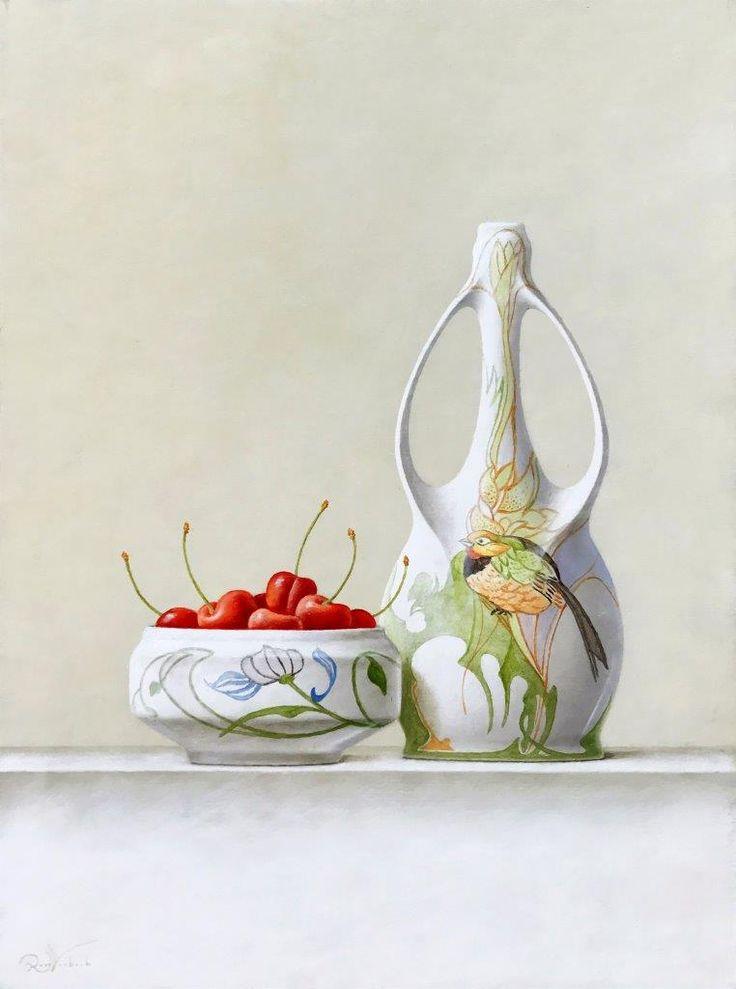 Gouds Plateel, een stilleven met bijzondere objecten en kersen van Ruud Verkerk, olieverf op paneel