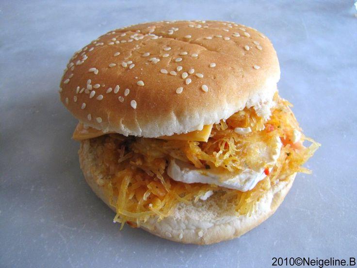 """Un burger ... oui, mais ... Transformer de la malbouffe en quelque chose de sain et gourmand, voila le défi que nous lance Gwen, pour son concours """" Les bonnes recettes PAS comme chez mémé"""". Alors voici pour l'occasion, un burger végétarien : courge spaghetti,..."""