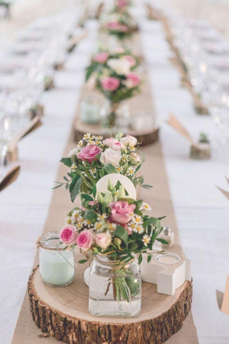 Holzrunden mit Sammlung kleiner Vasen und Kerzen   – wedding tables wood