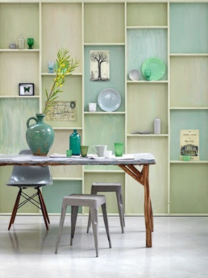 Ce mur habillé d'étagères aux fonds de couleurs bleus - verts passés à vraiment quelque chose...