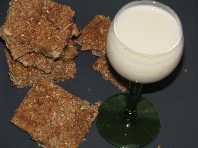 Szczęśliwa w kuchni...: Domowe mleko sojowe i batoniki z resztek (z okary i otrębów)