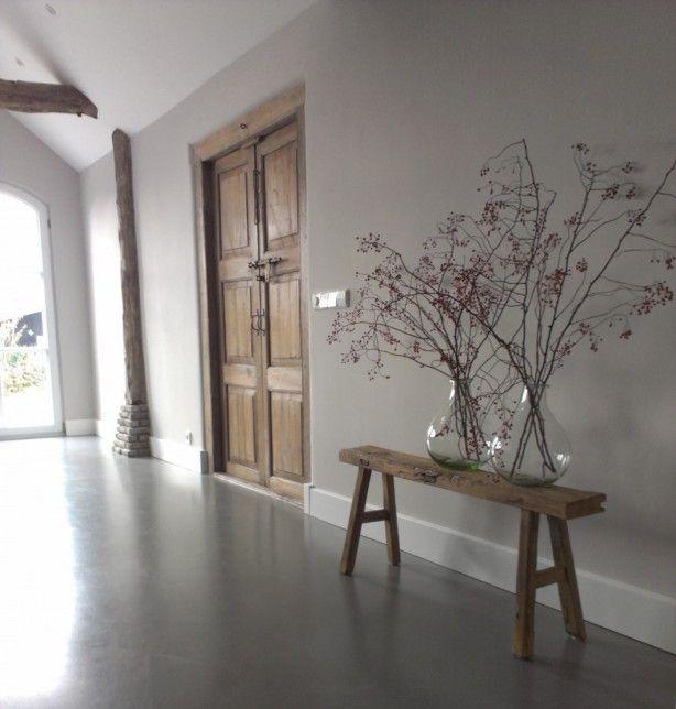 Oude elementen in combinatie met een cementgebonden gietvloer. mooie kleuren barefootstyling.com