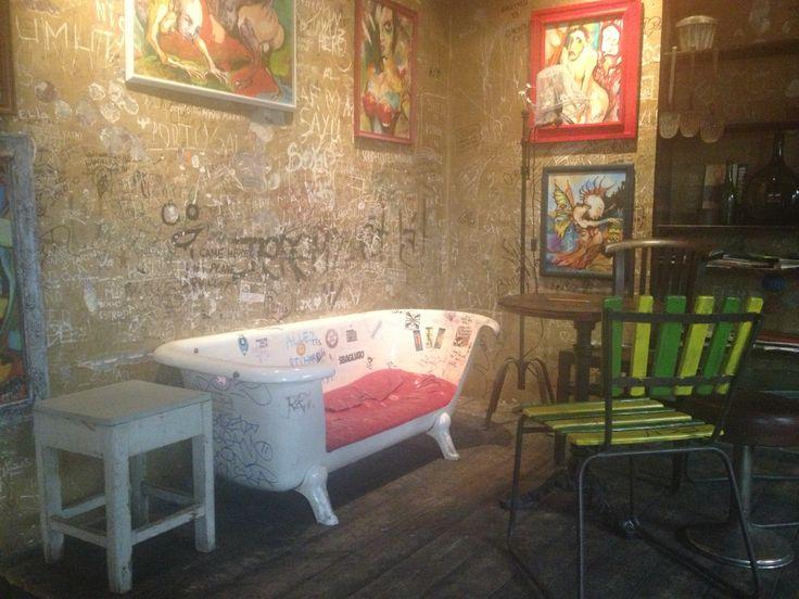 Szimpla Kert, trashpub, Budapest. Læs mere på http://norubbish.dk/2013/08/ruinbarer-og-trashpubs/